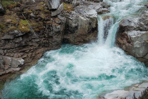 Cascada de montaña cerca. vista de la cascada del río de montaña. escena del río cascada