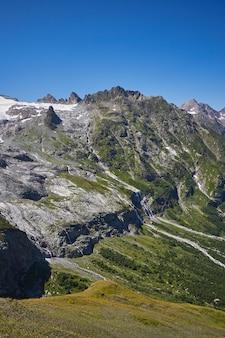 Cascada en las montañas del cáucaso, fusión glaciar cresta arkhyz, cascadas de sofía.