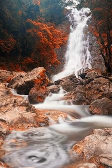 Cascada en otoño en el parque nacional sarika