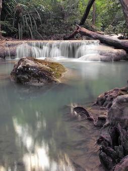 Cascada en el parque nacional de erawan, kanchanaburi, tailandia