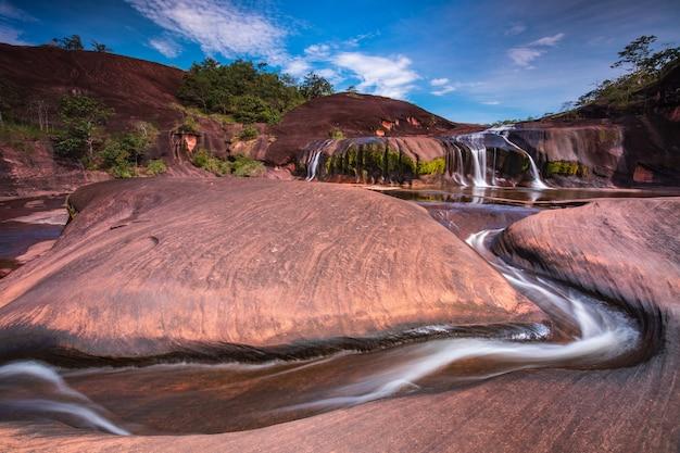 Cascada de phu tham phra, cascada hermosa en la provincia de bung-kan, thailand.