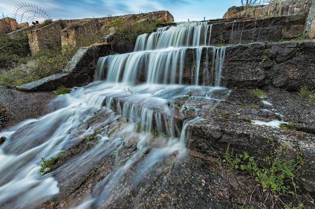 Cascada en la presa de un pantano, área natural de los barruecos,
