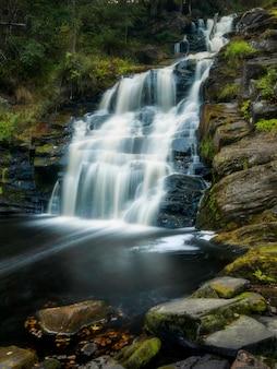 Cascada puentes blancos. paisaje de verano naturaleza salvaje
