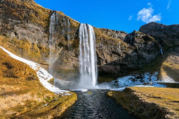Cascada de seljalandsfoss, hermosa cascada en islandia.