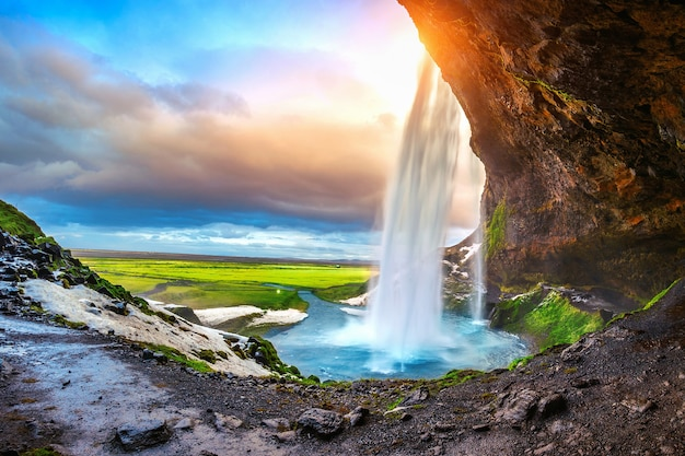 Cascada de seljalandsfoss durante la puesta de sol, hermosa cascada en islandia.