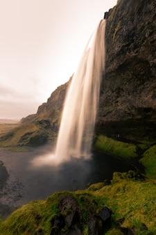 Cascada de seljalandsfoss en el sur de islandia.