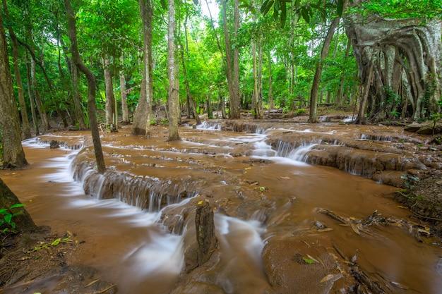 Cascada en la selva tropical, cascada de pa wai, provincia de tak, tailandia