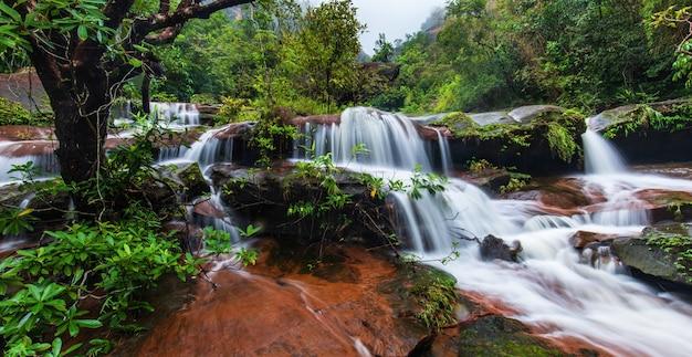 Cascada tad-wiman-thip, hermosa cascada en thailand.