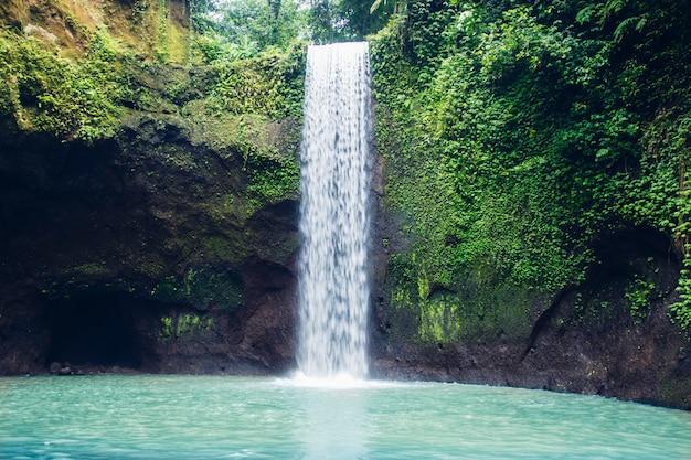 La cascada de tibumana en bali, indonesia