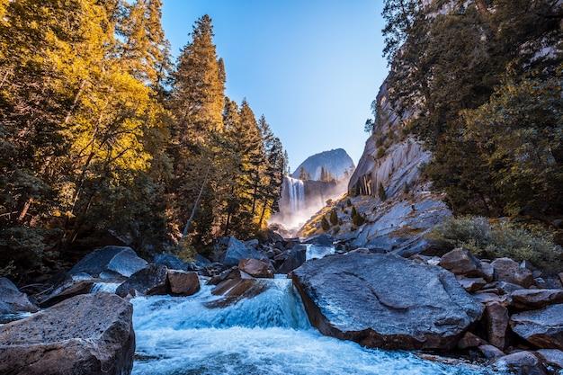 Cascada vernal falls del parque nacional yosemite, fotografía tomada del agua que cae sobre las piedras. california, estados unidos