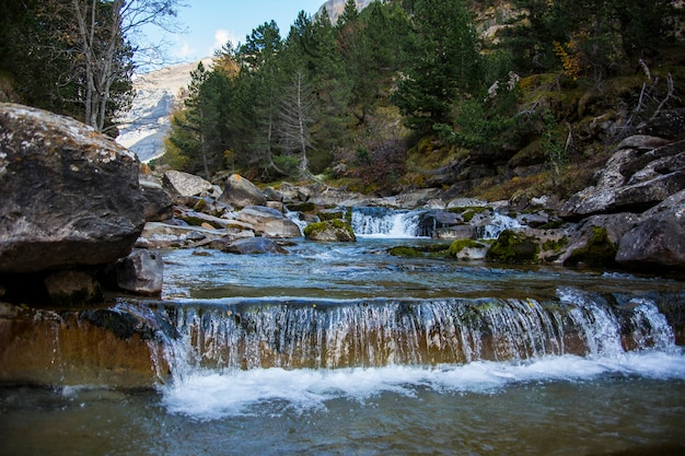 Cascadas de gradas de soaso en ordesa y el parque nacional monte perdido, españa
