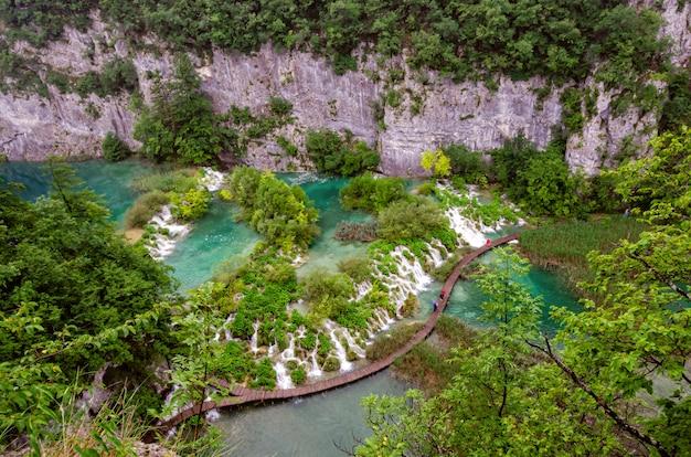 Cascadas en el parque nacional de plitvice, vista aérea