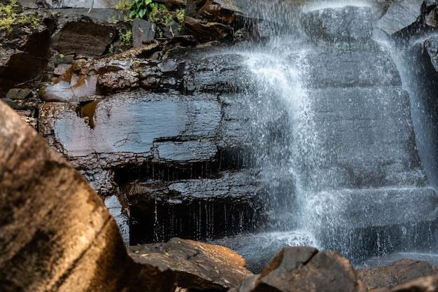Las cascadas son altas entre los bosques verdes de tailandia