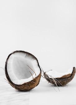 Cáscara de coco sobre fondo blanco