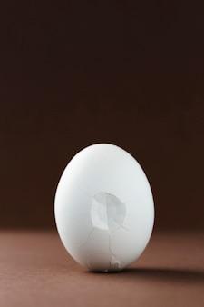 Cáscara de huevo agrietado con fondo negro
