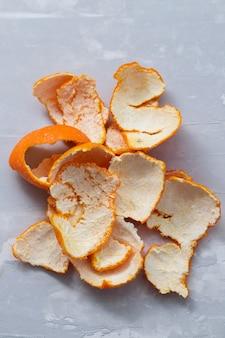 Cáscara de naranja sobre fondo de cerámica gris
