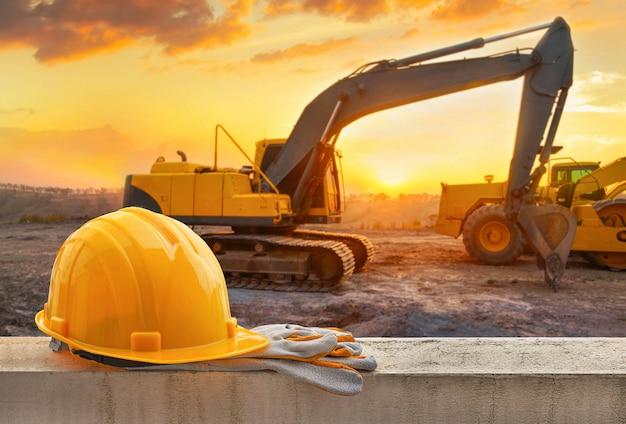Casco amarillo en el sitio de construcción