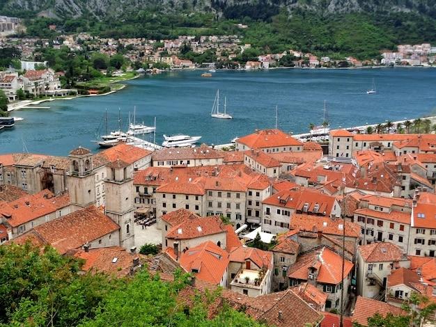 El casco antiguo de kotor y la bahía de kotor vistos desde la fortificación, kotor, montenegro