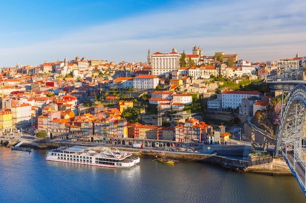 Casco antiguo y el río duero en oporto, portugal