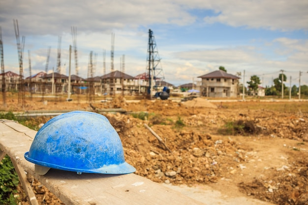 Casco azul en el sitio de construcción de edificios de viviendas