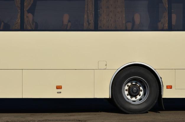 Casco de un bus amarillo grande y largo con espacio libre.