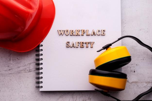 Casco de construcción es un símbolo de seguridad en el trabajo.