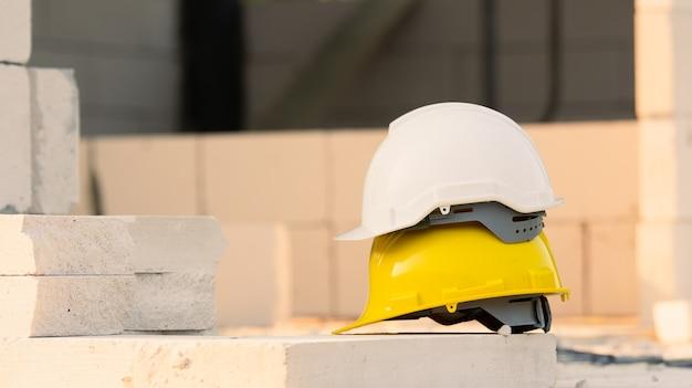 Casco en el fondo de la construcción del sitio, seguridad del casco, día del trabajo
