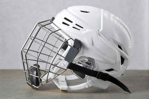 Casco de hockey blanco con máscara