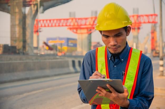Casco de ingeniero trabaja duro desarrollo en la construcción del sitio