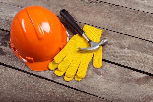 Casco, martillo y guantes de cuero viejos.