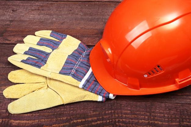 Casco naranja y guantes para el trabajo