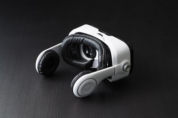Casco de realidad virtual en la mesa. foto de estudio