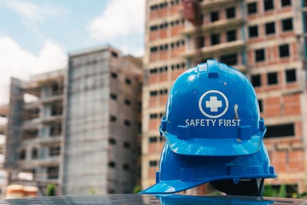 Casco de seguridad azul en el sitio de construcción