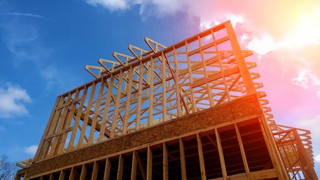 Caseta de madera, techo de nueva construcción con armazón de construcción de casas de madera