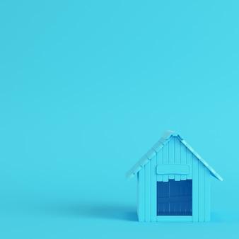 Caseta de perro sobre fondo azul brillante