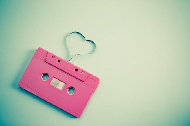 Casete de audio con cinta magnética en forma de corazón - imagen de estilo con efecto vintage