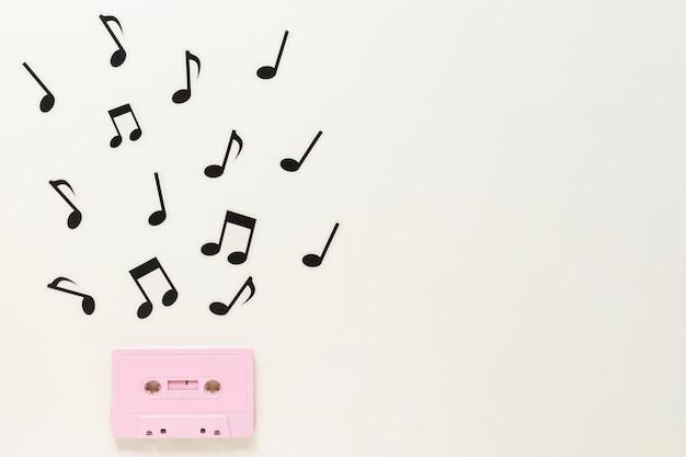 Casete de audio plano con notas musicales.