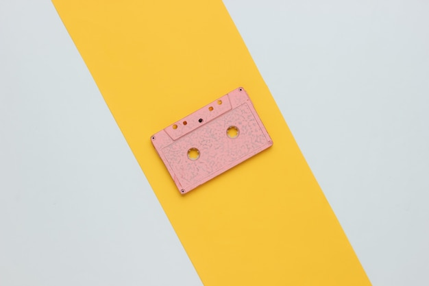 Casete de audio retro sobre un fondo amarillo blanco