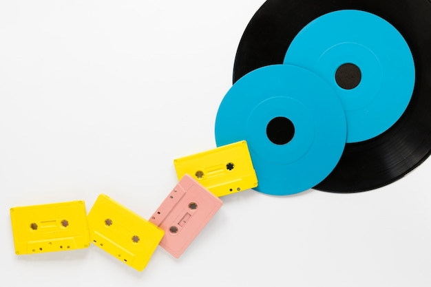 Casetes de audio planos con discos de vinilo.
