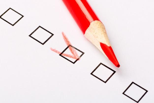 Casilla de verificación cuestionario con lápiz rojo.