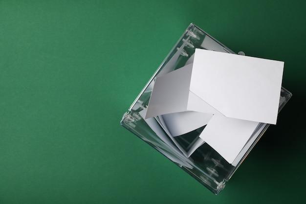 Casilla de votación con boletines sobre superficie verde