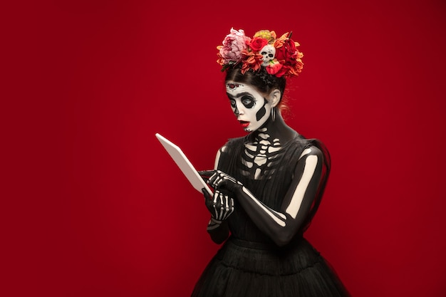 Casino niña como santa muerte santa muerte o calavera de azúcar con maquillaje brillante