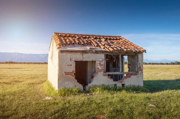 Casita antigua con el techo derrumbado.