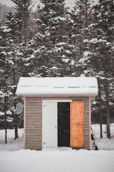 Casita de madera con techo nevado