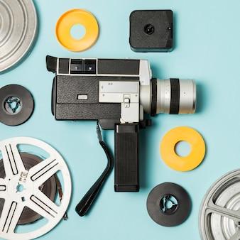 Casos de videocámaras y carretes de película sobre fondo azul.