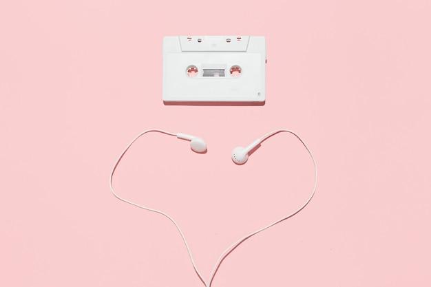 Cassette de audio blanco y auriculares en forma de corazón.