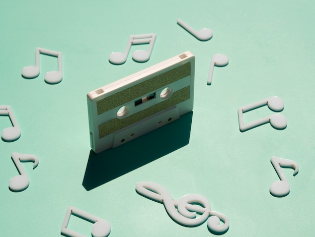 Cassette blanco viejo en luz con sombra