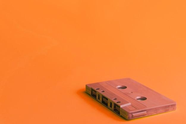 Cassette compacto sobre fondo naranja