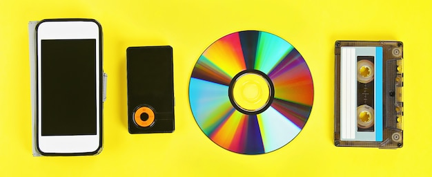 Cassette, disco cd, reproductor de mp3, teléfono móvil.