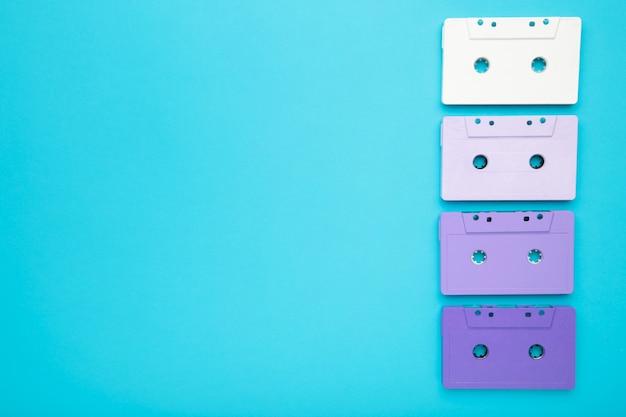 Cassettes coloridos viejos en un espacio azul de la copia del backgroundwith. dia de la musica